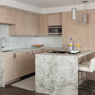Kleine Moderne Küche mit flächenbündigen Schrankfronten, hellen Holzschränken, Marmor-Arbeitsplatte, Küchenrückwand in Weiß, Rückwand aus Glasfliesen, Küchengeräten aus Edelstahl, dunklem Holzboden, Halbinsel, Unterbauwaschbecken, braunem Boden und bunter Arbeitsplatte in Boston