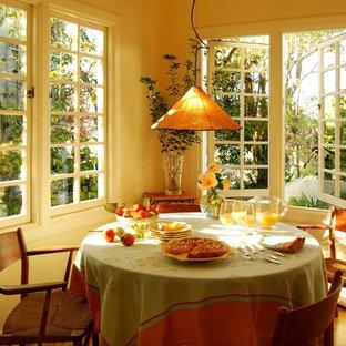 サンフランシスコの小さい地中海スタイルのおしゃれなキッチン (淡色無垢フローリング) の写真