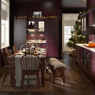 Aménagement d'une cuisine ouverte linéaire classique de taille moyenne avec un évier intégré, un placard à porte affleurante, des portes de placard violettes, un plan de travail en granite, une crédence blanche, une crédence en marbre, un électroménager en acier inoxydable, un sol en bois foncé, aucun îlot et un sol marron.
