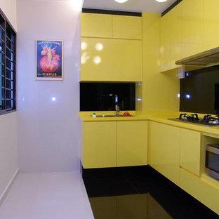 Неиссякаемый источник вдохновения для домашнего уюта: отдельная, угловая кухня в стиле модернизм с накладной раковиной и мраморным полом без острова