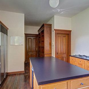 ボストンの中くらいのヴィクトリアン調のおしゃれなキッチン (ドロップインシンク、シェーカースタイル扉のキャビネット、中間色木目調キャビネット、ラミネートカウンター、シルバーの調理設備、濃色無垢フローリング) の写真