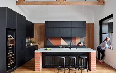 До и после: Черная кухня с островом на кирпичных ножках