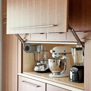 Große Moderne Küche mit flächenbündigen Schrankfronten, hellbraunen Holzschränken, Quarzwerkstein-Arbeitsplatte und Elektrogeräten mit Frontblende in Little Rock