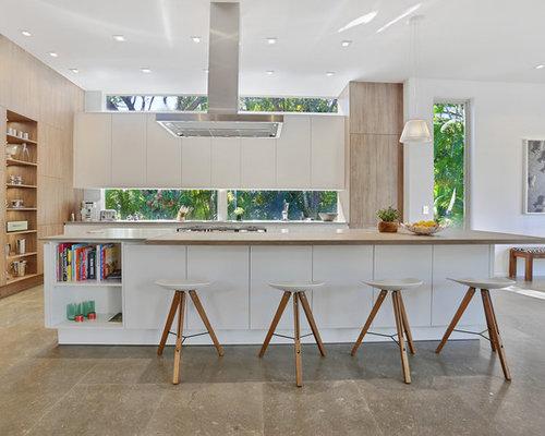 Offene, Zweizeilige, Große Moderne Küche Mit Flächenbündigen  Schrankfronten, Weißen Schränken, Kücheninsel,