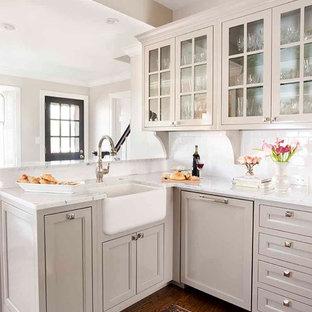 アトランタの小さいトラディショナルスタイルのおしゃれなキッチン (ガラス扉のキャビネット、サブウェイタイルのキッチンパネル、エプロンフロントシンク、グレーのキャビネット、大理石カウンター、白いキッチンパネル、パネルと同色の調理設備、無垢フローリング、アイランドなし) の写真
