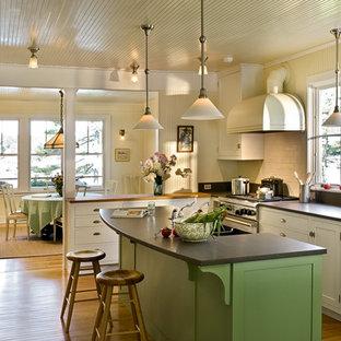Geschlossene Maritime Küche in L-Form mit Rückwand aus Metrofliesen, Küchengeräten aus Edelstahl, Schrankfronten im Shaker-Stil, weißen Schränken, Granit-Arbeitsplatte und Küchenrückwand in Weiß in Portland Maine