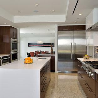 Diseño de cocina moderna con electrodomésticos de acero inoxidable