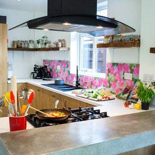 他の地域のエクレクティックスタイルのおしゃれなキッチン (ピンクのキッチンパネル、ガラス板のキッチンパネル) の写真