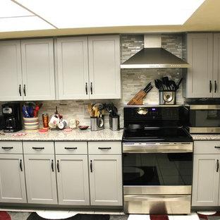ダラスの小さいトランジショナルスタイルのおしゃれなキッチン (シェーカースタイル扉のキャビネット、グレーのキャビネット、御影石カウンター、マルチカラーのキッチンパネル、ガラス板のキッチンパネル、シルバーの調理設備、セラミックタイルの床、ピンクの床、ダブルシンク) の写真