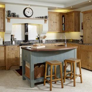 Idéer för att renovera ett mellanstort vintage kök, med skåp i shakerstil, skåp i ljust trä, en undermonterad diskho, granitbänkskiva, vitt stänkskydd, stänkskydd i keramik, färgglada vitvaror, klinkergolv i keramik och en köksö