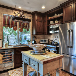 Стильный дизайн: маленькая угловая кухня в классическом стиле с двойной раковиной, фасадами с выступающей филенкой, темными деревянными фасадами и островом - последний тренд