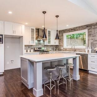 Идея дизайна: большая угловая кухня в современном стиле с кладовкой, накладной раковиной, белыми фасадами, техникой из нержавеющей стали и белой столешницей