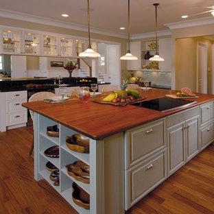 Ispirazione per una cucina ad ambiente unico tropicale con ante con bugna sagomata, top in legno e ante bianche
