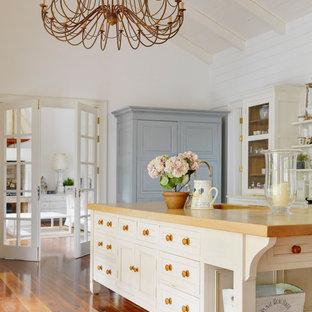 Foto di una cucina tradizionale con ante bianche e top in legno