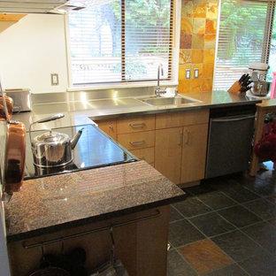 Inspiration för avskilda, mellanstora minimalistiska l-kök, med släta luckor, skåp i ljust trä, bänkskiva i rostfritt stål, rostfria vitvaror, skiffergolv och flerfärgat golv