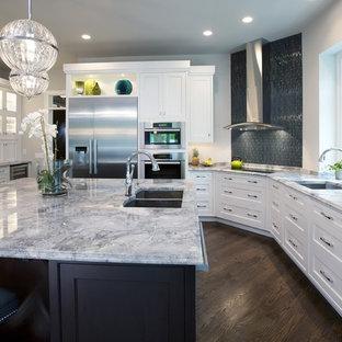Bild på ett funkis kök, med rostfria vitvaror och granitbänkskiva
