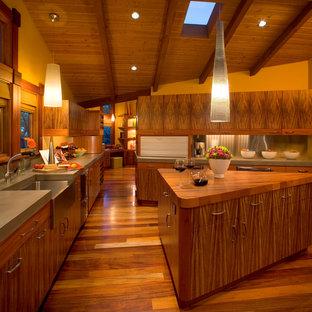 Пример оригинального дизайна интерьера: кухня в современном стиле с раковиной в стиле кантри, столешницей из бетона, плоскими фасадами, фасадами цвета дерева среднего тона, фартуком цвета металлик и фартуком из металлической плитки