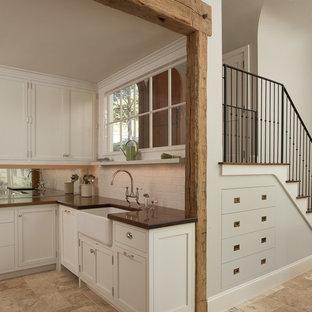 Kleine Maritime Küche mit Landhausspüle, Schrankfronten im Shaker-Stil, beigen Schränken, Küchenrückwand in Weiß, Rückwand aus Metrofliesen und beigem Boden in Bridgeport