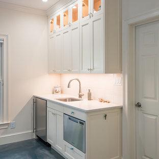 アトランタの小さいビーチスタイルのおしゃれなI型キッチン (アンダーカウンターシンク、シェーカースタイル扉のキャビネット、白いキャビネット、珪岩カウンター、白いキッチンパネル、セラミックタイルのキッチンパネル、シルバーの調理設備、コンクリートの床、青い床) の写真