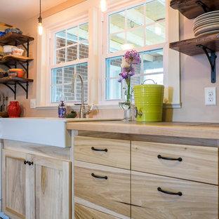 Immagine di una cucina country di medie dimensioni con lavello stile country, ante lisce, ante in legno chiaro, top piastrellato, elettrodomestici bianchi, pavimento con piastrelle in ceramica e nessuna isola