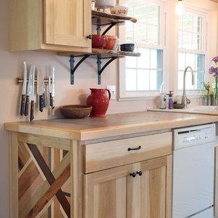 Idéer för mellanstora lantliga kök, med en rustik diskho, släta luckor, skåp i ljust trä, kaklad bänkskiva, vita vitvaror och klinkergolv i keramik