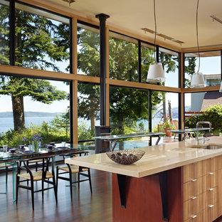 シアトルのモダンスタイルのおしゃれなダイニングキッチン (シングルシンク、フラットパネル扉のキャビネット、中間色木目調キャビネット、クオーツストーンカウンター) の写真