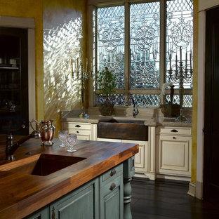 Exempel på ett kök, med en enkel diskho, luckor med upphöjd panel, turkosa skåp och träbänkskiva