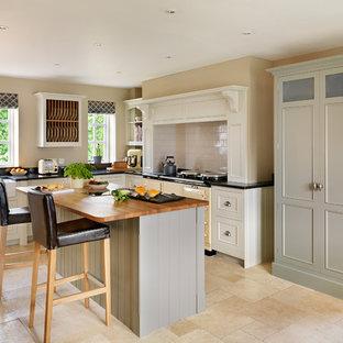 На фото: угловые кухни в классическом стиле с цветной техникой и островом