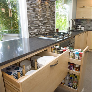 Moderne Küche mit Rückwand aus Stäbchenfliesen, Küchenrückwand in Braun, hellen Holzschränken, flächenbündigen Schrankfronten und Unterbauwaschbecken in Portland
