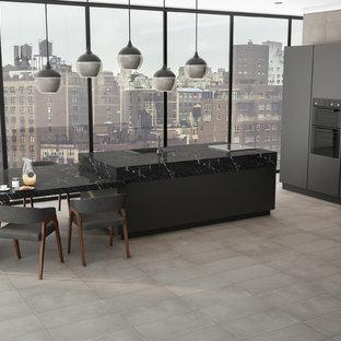 Bild på ett funkis svart svart kök och matrum, med kaklad bänkskiva, klinkergolv i keramik, en köksö och grått golv