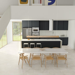 Immagine di una cucina abitabile minimalista con top piastrellato, paraspruzzi bianco, paraspruzzi con piastrelle in ceramica, pavimento con piastrelle in ceramica, isola, pavimento bianco e top bianco