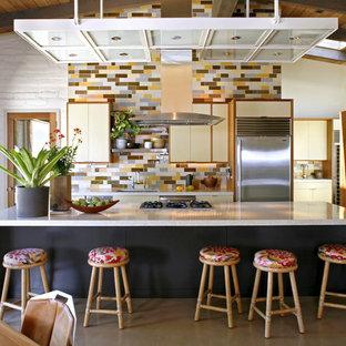 サンフランシスコのコンテンポラリースタイルのおしゃれなII型キッチン (シルバーの調理設備の、フラットパネル扉のキャビネット、ベージュのキャビネット、テラゾカウンター、マルチカラーのキッチンパネル、セラミックタイルのキッチンパネル) の写真