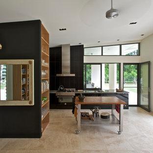 Idéer för stora funkis kök med öppen planlösning, med bänkskiva i betong, släta luckor, svart stänkskydd, travertin golv, en köksö, svarta skåp och svarta vitvaror