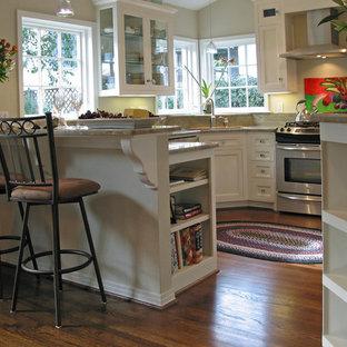 Aménagement d'une petit cuisine américaine classique en U avec un évier encastré, un placard à porte affleurante, des portes de placard blanches, un plan de travail en granite, une crédence beige, un électroménager en acier inoxydable, un sol en bois foncé, aucun îlot, un sol marron, un plan de travail beige et une crédence en granite.