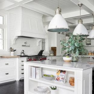 Klassische Küche mit Schrankfronten im Shaker-Stil, weißen Schränken, Küchenrückwand in Weiß, Rückwand aus Metrofliesen, Küchengeräten aus Edelstahl, dunklem Holzboden, Kücheninsel, braunem Boden, weißer Arbeitsplatte und Kassettendecke in Vancouver