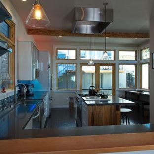 サンフランシスコの中くらいのコンテンポラリースタイルのおしゃれなキッチン (エプロンフロントシンク、フラットパネル扉のキャビネット、白いキャビネット、クオーツストーンカウンター、青いキッチンパネル、ガラスタイルのキッチンパネル、シルバーの調理設備、クッションフロア、茶色い床、グレーのキッチンカウンター) の写真