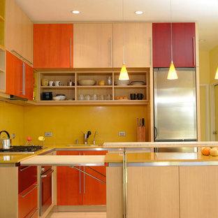 Идея дизайна: маленькая п-образная кухня-гостиная в стиле модернизм с врезной раковиной, столешницей из кварцевого композита, желтым фартуком, фартуком из каменной плиты, техникой из нержавеющей стали, полом из бамбука и островом