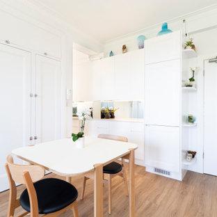 ウーロンゴンの小さいコンテンポラリースタイルのおしゃれなキッチン (ダブルシンク、フラットパネル扉のキャビネット、白いキャビネット、クオーツストーンカウンター、ミラータイルのキッチンパネル、シルバーの調理設備、クッションフロア、茶色い床、白いキッチンカウンター) の写真