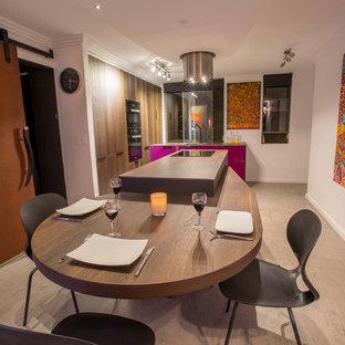Mittelgroße Moderne Wohnküche in L-Form mit Unterbauwaschbecken, flächenbündigen Schrankfronten, lila Schränken, Mineralwerkstoff-Arbeitsplatte, Rückwand-Fenster, schwarzen Elektrogeräten, Porzellan-Bodenfliesen, Kücheninsel und grauem Boden in Sydney
