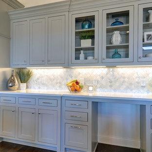 Inspiration för stora klassiska kök, med en rustik diskho, skåp i shakerstil, grå skåp, bänkskiva i kvarts, grått stänkskydd, stänkskydd i stenkakel, rostfria vitvaror, mörkt trägolv och en köksö
