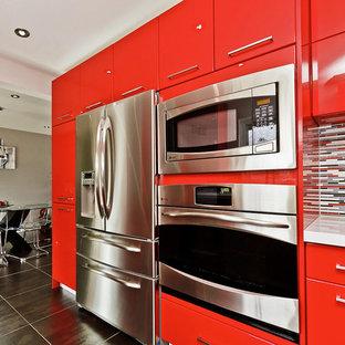 Idéer för att renovera ett litet funkis kök, med en undermonterad diskho, släta luckor, orange skåp, bänkskiva i kvarts, flerfärgad stänkskydd, stänkskydd i porslinskakel, rostfria vitvaror och klinkergolv i porslin