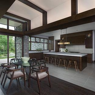 Idéer för att renovera ett stort funkis kök, med en undermonterad diskho, släta luckor, skåp i mörkt trä, kaklad bänkskiva, grönt stänkskydd, stänkskydd i glaskakel, integrerade vitvaror, klinkergolv i keramik, en köksö och grått golv