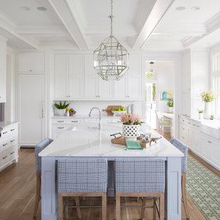 Offene, Große Klassische Küche in U-Form mit Landhausspüle, Schrankfronten mit vertiefter Füllung, weißen Schränken, Quarzwerkstein-Arbeitsplatte, Küchenrückwand in Weiß, Rückwand aus Metrofliesen, Elektrogeräten mit Frontblende, braunem Holzboden, Kücheninsel, braunem Boden, weißer Arbeitsplatte und Kassettendecke in Minneapolis