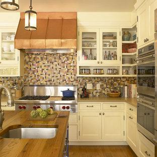 Klassische Küche mit offenen Schränken, Küchengeräten aus Edelstahl, Arbeitsplatte aus Holz, bunter Rückwand, Rückwand aus Mosaikfliesen und beigen Schränken in San Francisco