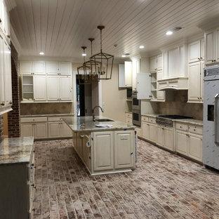 Idéer för att renovera ett mycket stort flerfärgad linjärt flerfärgat kök med öppen planlösning, med en undermonterad diskho, luckor med upphöjd panel, vita skåp, granitbänkskiva, flerfärgad stänkskydd, stänkskydd i keramik, rostfria vitvaror, tegelgolv, en köksö och flerfärgat golv