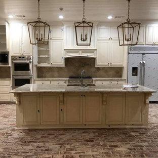 Exempel på ett mycket stort flerfärgad linjärt flerfärgat kök med öppen planlösning, med en undermonterad diskho, luckor med upphöjd panel, vita skåp, granitbänkskiva, flerfärgad stänkskydd, stänkskydd i keramik, rostfria vitvaror, tegelgolv, en köksö och flerfärgat golv