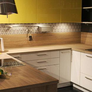 Geschlossene, Kleine Moderne Küche in U-Form mit Einbauwaschbecken, flächenbündigen Schrankfronten, gelben Schränken, Arbeitsplatte aus Holz, bunter Rückwand, Rückwand aus Stein, Küchengeräten aus Edelstahl und Halbinsel in Toronto