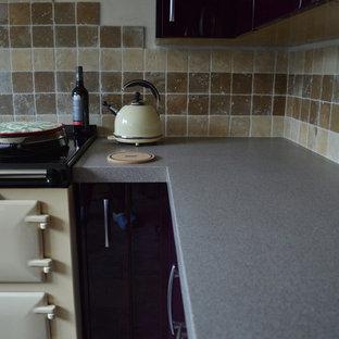 Bild på ett stort funkis kök, med en rustik diskho, släta luckor, lila skåp, laminatbänkskiva, beige stänkskydd, stänkskydd i mosaik, färgglada vitvaror och skiffergolv