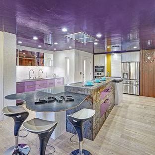 Geschlossene, Große Moderne Küche in L-Form mit Unterbauwaschbecken, flächenbündigen Schrankfronten, lila Schränken, Quarzwerkstein-Arbeitsplatte, Küchenrückwand in Weiß, Rückwand aus Porzellanfliesen, Küchengeräten aus Edelstahl, hellem Holzboden und Kücheninsel in Sacramento