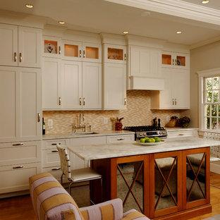 Einzeilige, Offene Klassische Küche mit Schrankfronten mit vertiefter Füllung, beigen Schränken, Küchenrückwand in Beige, Rückwand aus Stäbchenfliesen und Elektrogeräten mit Frontblende in Washington, D.C.